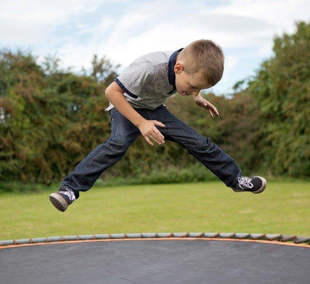 chlapec, skok, trampolína
