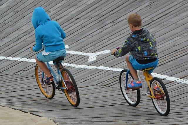 chlapci na kolech