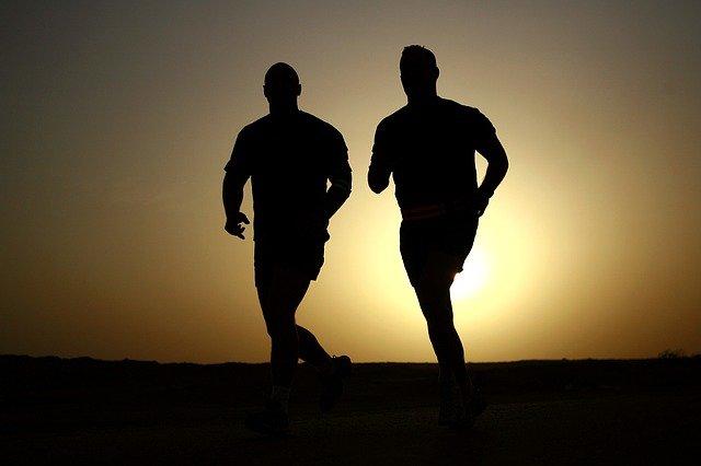 běžci při západu