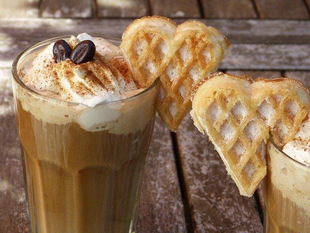 ledová káva s vafličkou