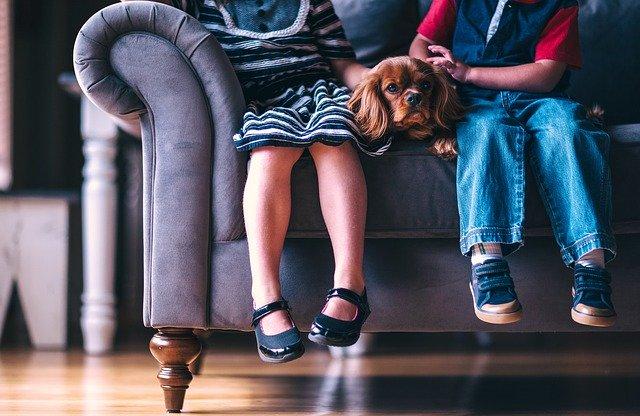 děti na pohovce