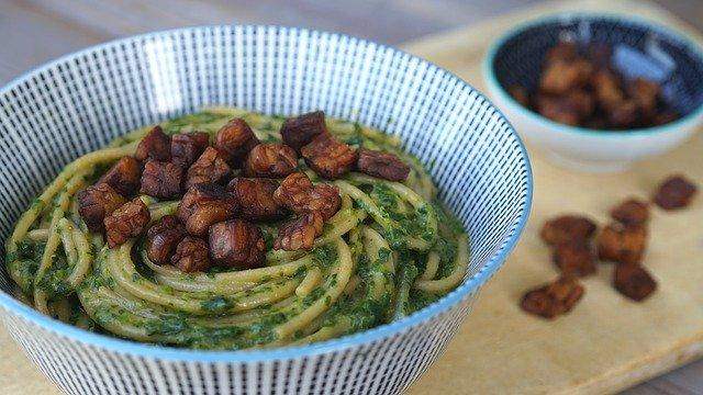 těstoviny se zeleninou a s tempehem