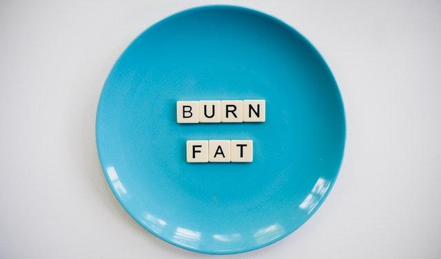 "modrý talíř, nápis ""burn fat"""