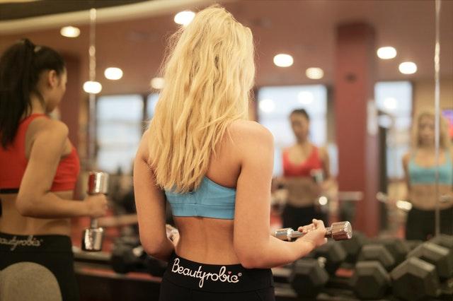 blondýna, cvičení, činky
