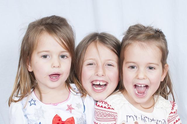 Tři malé rozesmáté dívky
